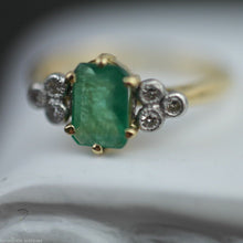 Load image into Gallery viewer, Vintage 18ct gold ring with green emerald and six diamonds
