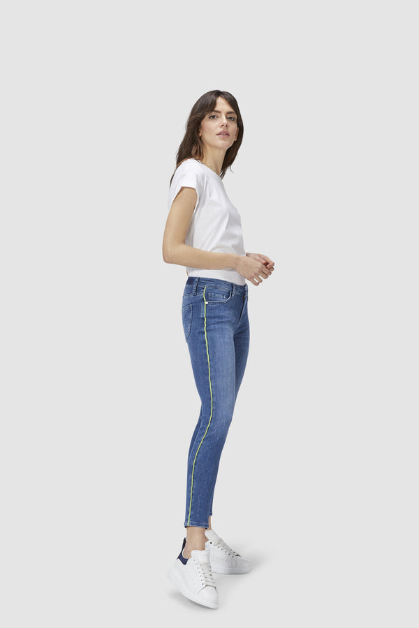 Midi Jeans mit Neon-Piping