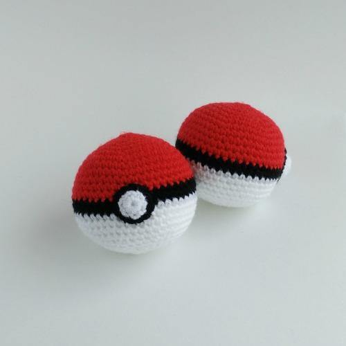 Free Pokeball Crochet Amigurumi Pattern - Pokéball Crochet Tutorial - Little Bear Crochets