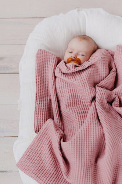 Baby blanket in soft waffle knit | Dusty pink