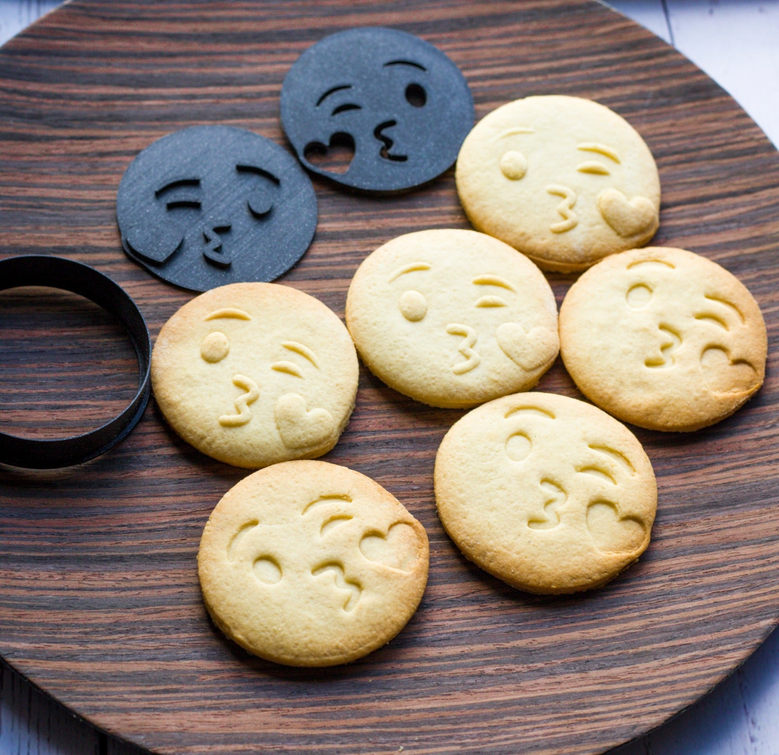 Kiss Emoji Embosser Cookie Cutter - Dolce3D Cookie Cutters