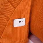 zoom sur poche coussin de lecture orange en velours
