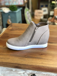 Outwoods Hide-1 Sneaker in Taupe - June Adel