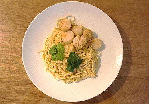 Recipe for cooking with wine: Scallops with pasta in lemon white wine butter