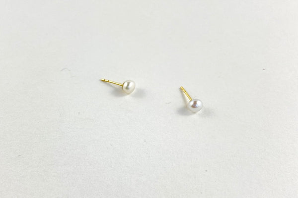 The gold pearl studs