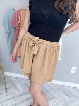 KELLY - Taupe Scallop Short