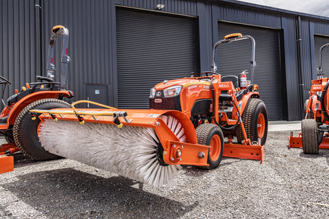 Neilo B3150 Grader with front mounted broom