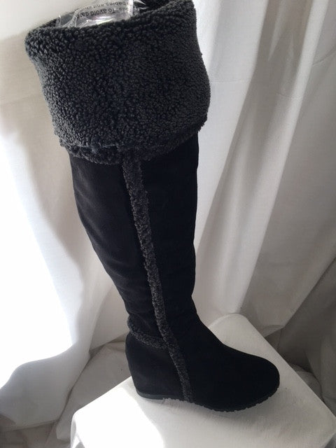 Black boot with fur
