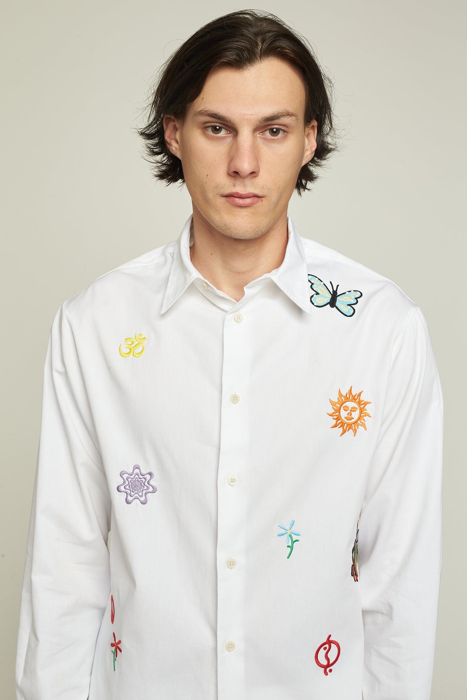 Classic fit white shirt, recycled cotton and embroidery.