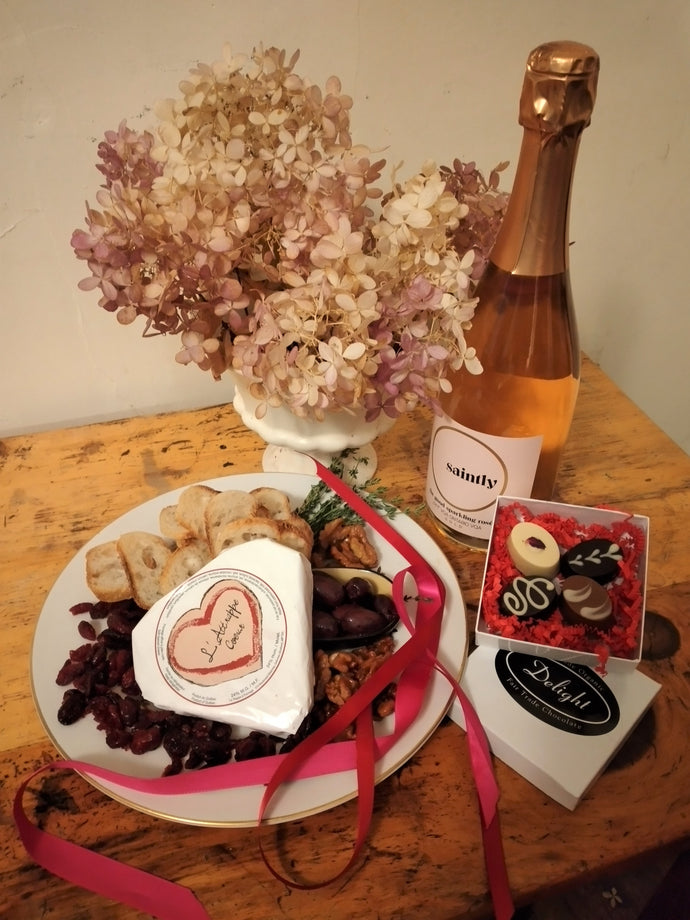 L'ATTRAPPE COEUR Cheese Platter with Rose Sparkling