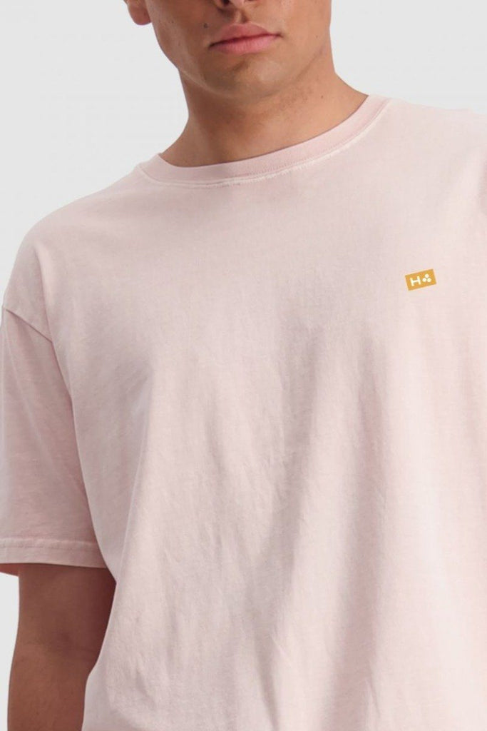 HUFFER Ground Sup Tee Gum Pink Close Up