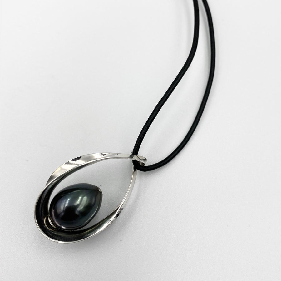 Oval pendant sterling silver black fresh water pearl 45cm leather necklets