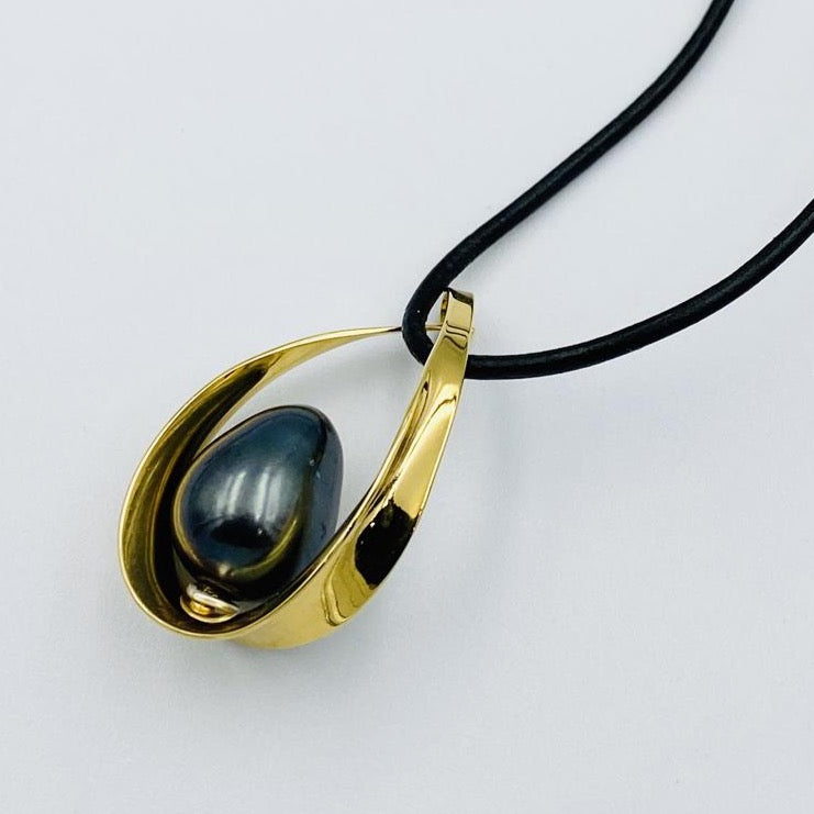 Oval sterling silver gold plated black fresh water pearl pendant 45cm leather necklett