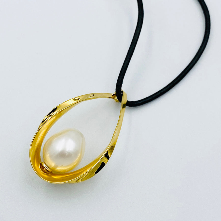 Oval sterling silver gold plated white fresh water pearl pendant 45cm leather necklett