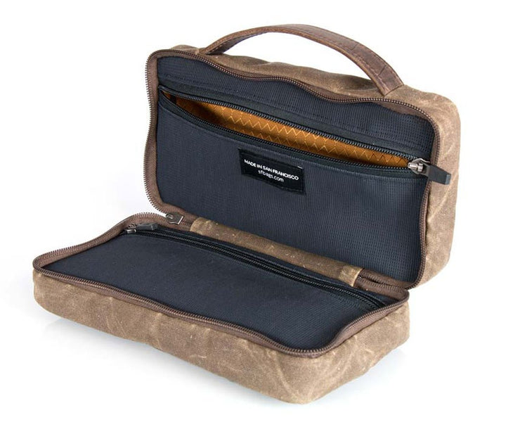 Zipped double compartment. Easy-to-clean gold liner.