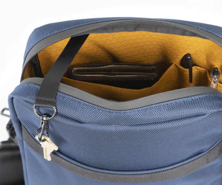 Main compartment with organizational pockets