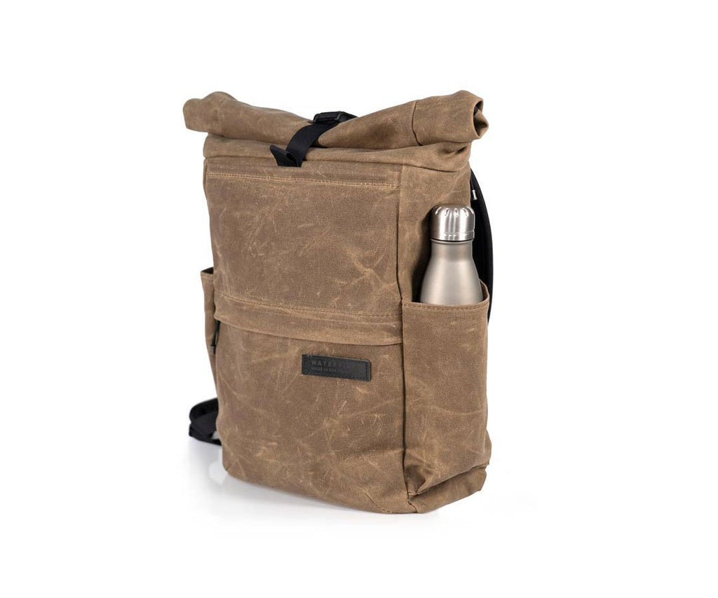 Deep external side pockets for water bottle or umbrella
