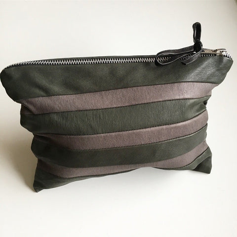 Stribet unika clutch i army og grå. - TrikkerDesign