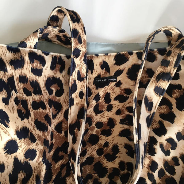 Velour shopper i leopardprint med blåt foer. - TrikkerDesign