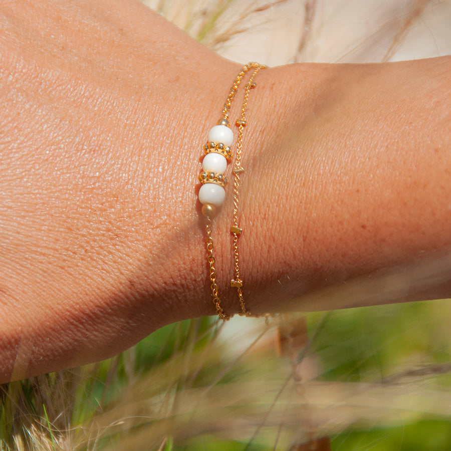 Bracelet or perles blanches fiorile creations manege a bijoux