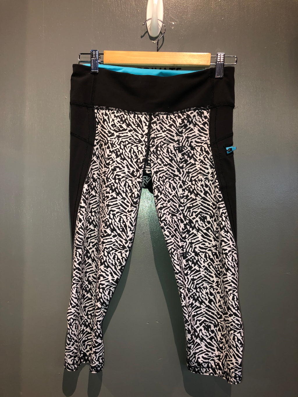 Lululemon Black white crops sz 6
