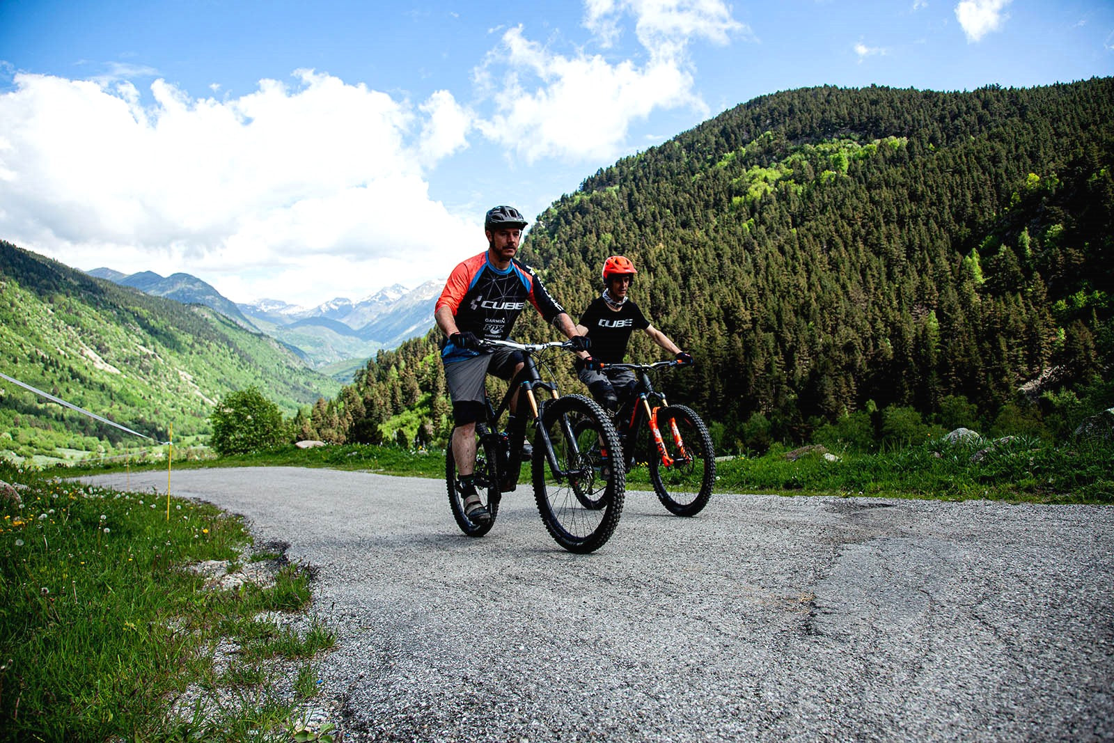 Marc and David. Val d'Aran in the background. Photography: Júlia Miralles