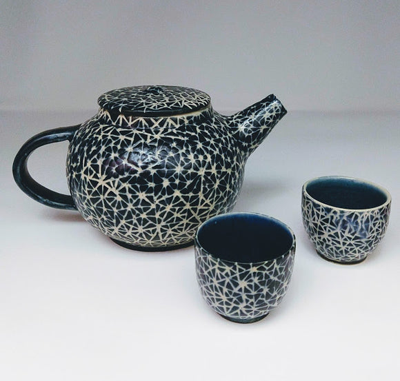 Teapot and 2 Extra large mugs in broken triangle pattern