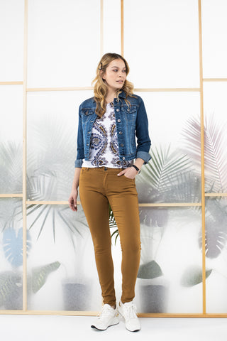 Denim blazer, colored jeans and printed t-shirt