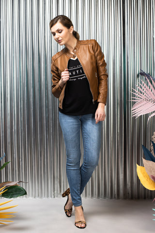 Jeans Levi's, printed short-sleeved t-shirt and tan faux leather blazer