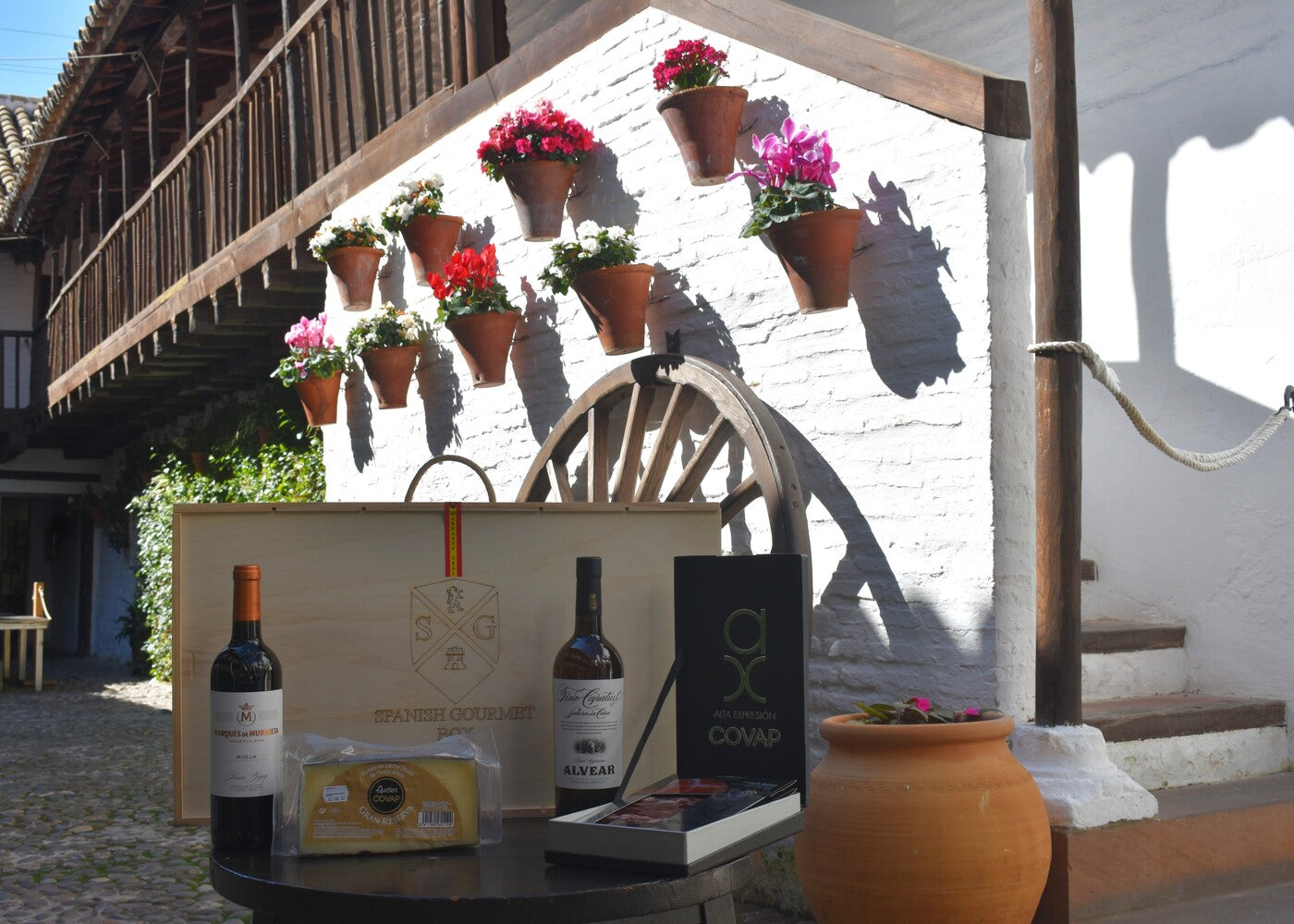 Patios Box (Fino Wine, Acorn-Fed Assortment, Red Wine and Cheese)