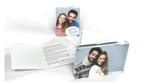 Kluger Punkt Photo Frame with a photo of a couple and a postcard from them where they write why they like the frames