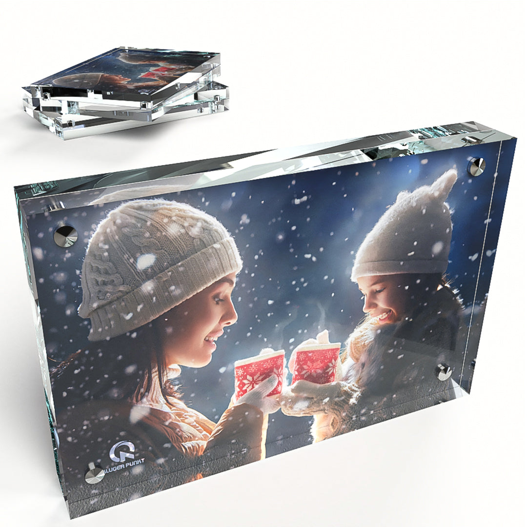 Kluger Punkt  4x6 Photo Frame 3-pack showing a woman and a girl with lampions while snowing
