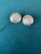 Load image into Gallery viewer, 1980's Shell Earrings