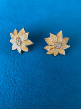 Load image into Gallery viewer, 1960's sunflower earrings