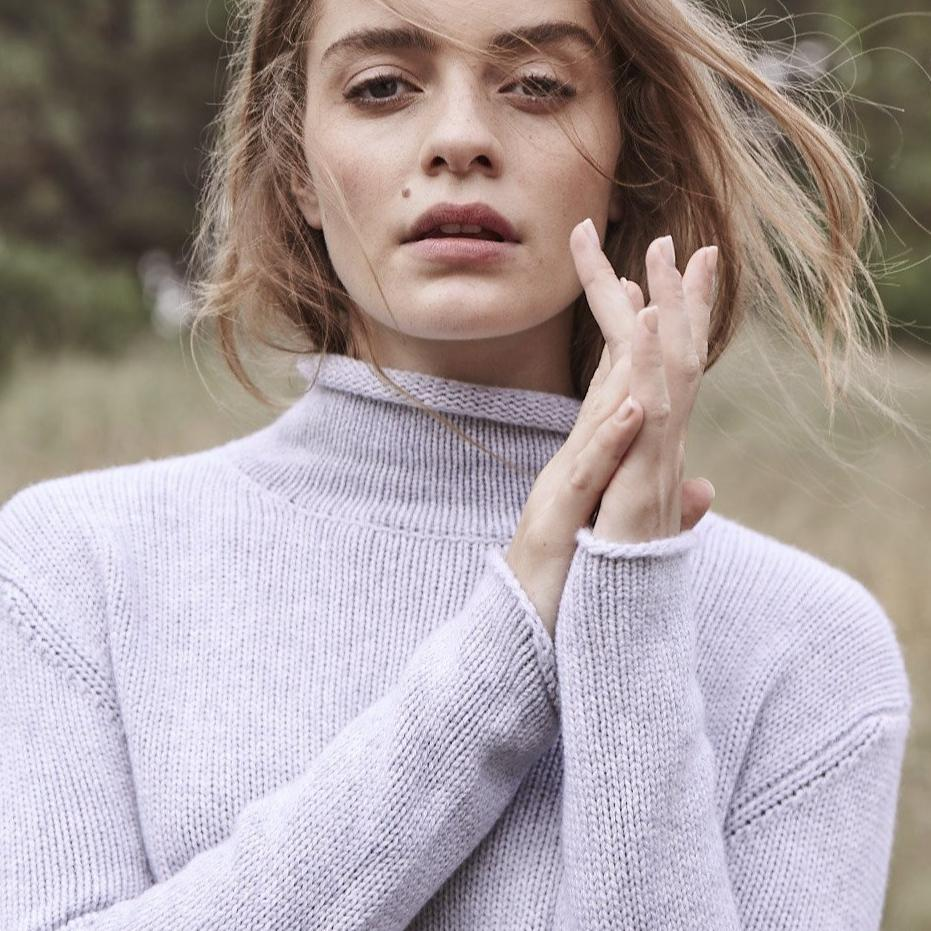 Cashmere Frankie Relaxed Turtleneck in Pale Marle Grey - sonyahopkins.com