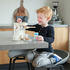 New Classic Wooden Coffee Machine Set | Pretend Play Kitchen Toys | Lifestyle – Girl Playing | BeoVERDE.ie