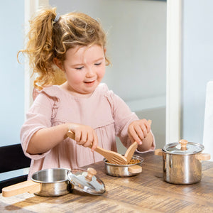 New Classic Pan Set Play Set | Pretend Play Kitchen Toys | Lifestyle – Girl Playing | BeoVERDE.ie