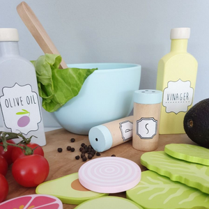 JaBaDaBaDo Smoothie Set | Wooden Pretend Play Toy | Lifestyle – Salad Set on Chopping Board Closeup | BeoVERDE.ie