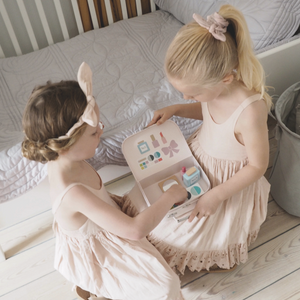 JaBaDaBaDo Make Up Bag | Wooden Pretend Play Toy | Lifestyle – 2 Girls Playing | BeoVERDE.ie