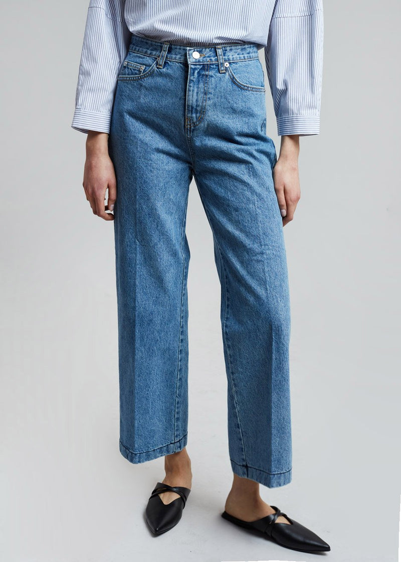 Wide Fit Straight Jean in Medium Wash