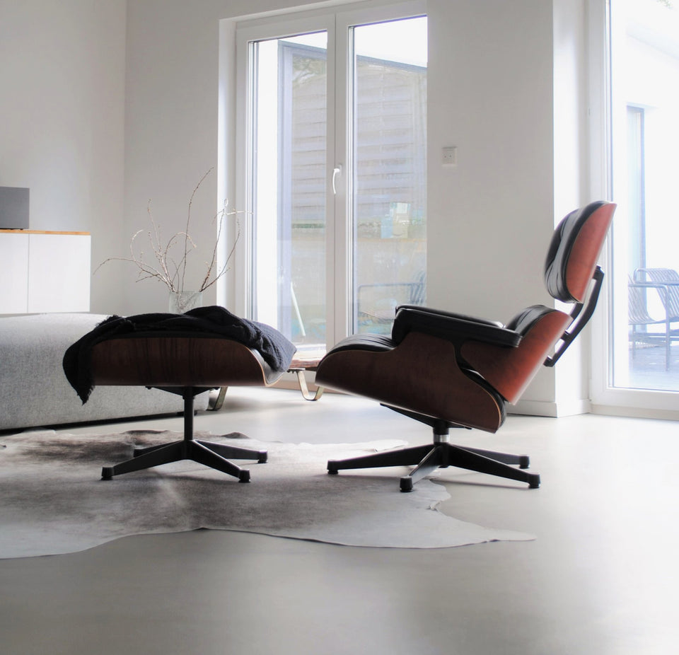Original Vitra Eames Lounge Chair mit Hocker in schwarz mit Palisander Holz.