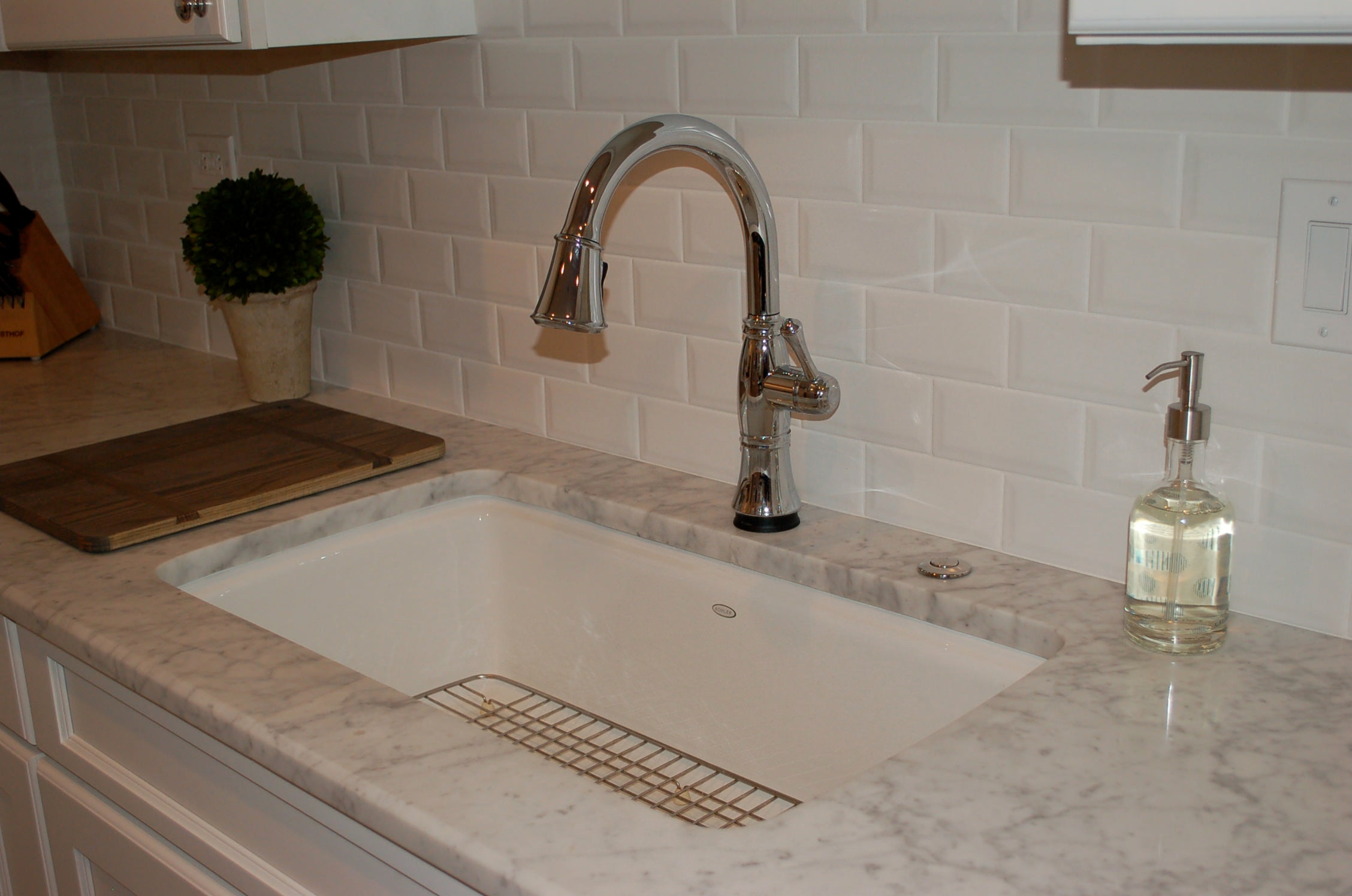 farm sinks, white sinks, chrome faucets, white kitchen, modern sink, modern faucets
