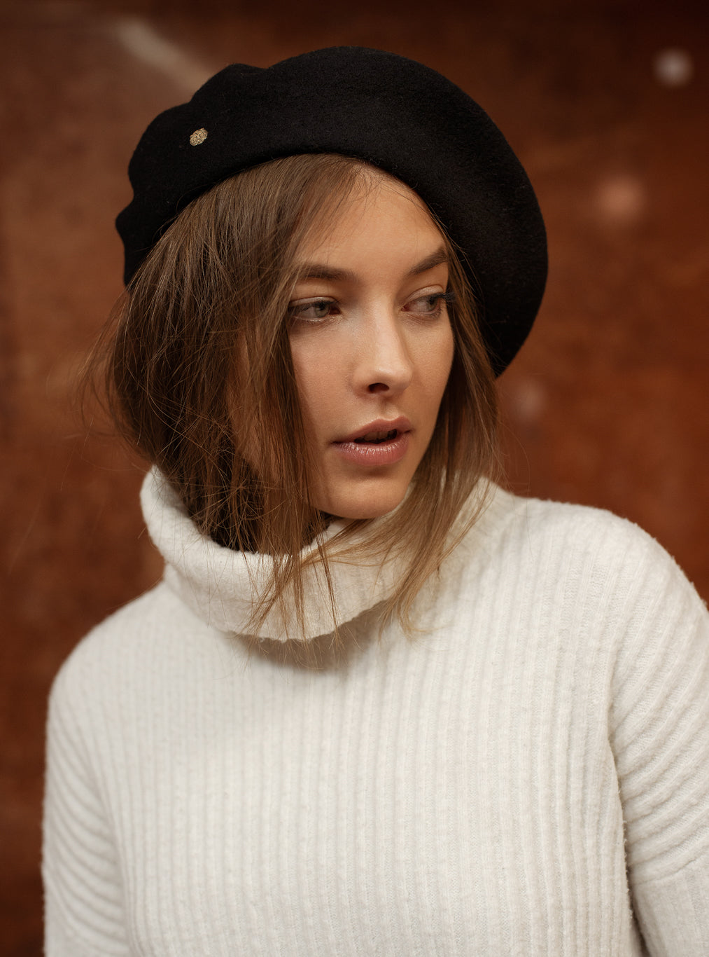 TAU Paris black beret hat best quality pure wool gyapjú barett designed in Budapest womanswear accessory winter chic look with lion pin lookbook picture