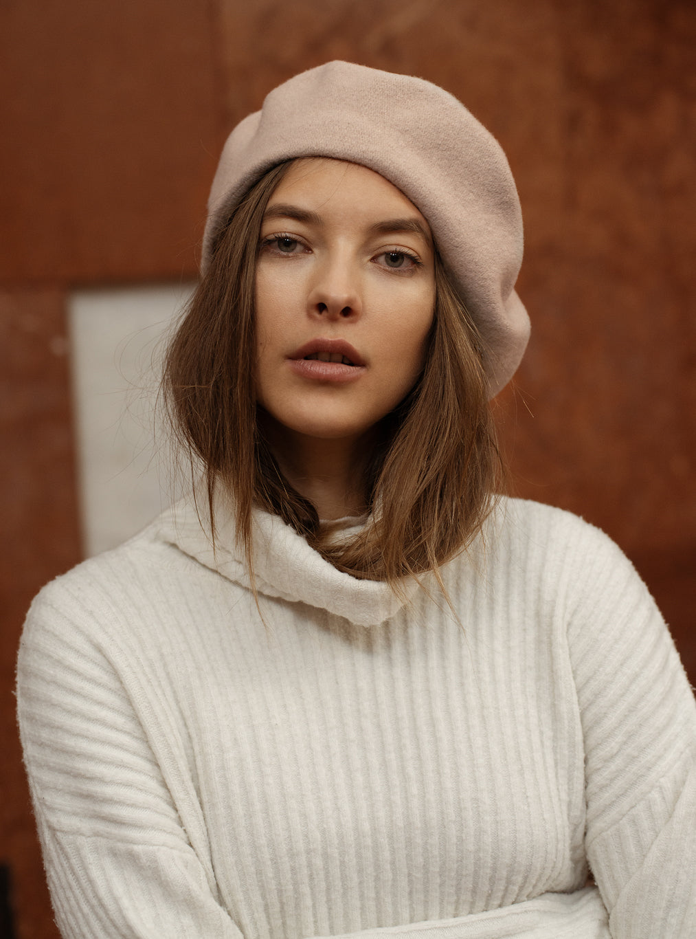 TAU Paris beige beret hat best quality pure wool gyapjú barett designed in Budapest womanswear accessory winter chic look with lion pin lookbook picture