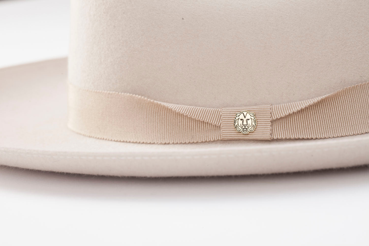 TAU Dallas ivory hat cowboy kalap fur felt decorated with tonal petersham and lion logo designed in Budapest unisex accessory detail
