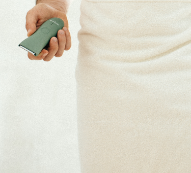 Man with towel holding the ONYX color of the Meridian Trimmer