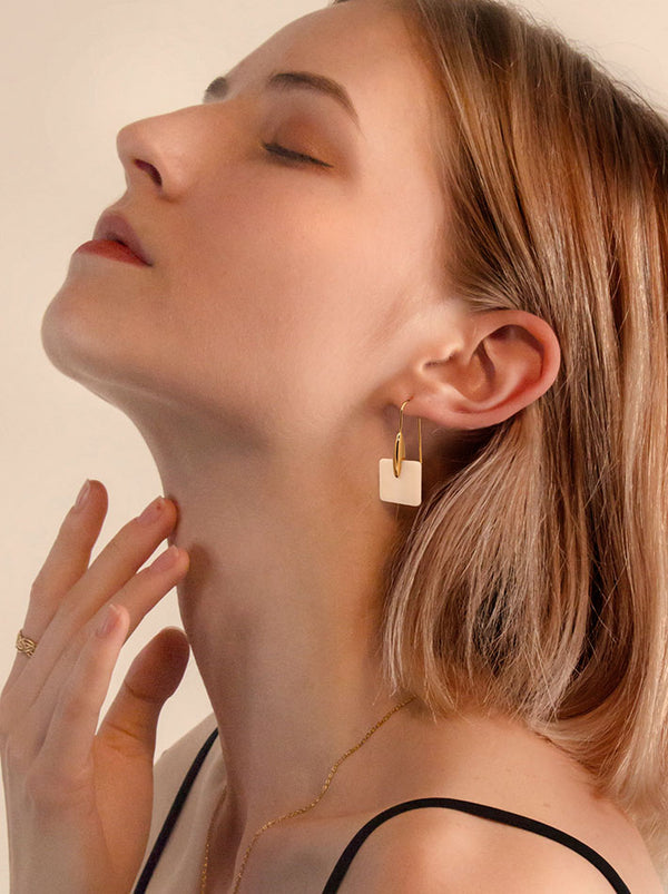 Lady wear natural shell earrings