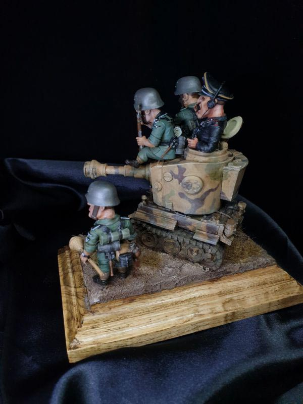 completed diorama tiger tank and german soldiers 6
