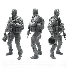 Load image into Gallery viewer, 1:35 US Special Forces Soldiers Take a Selfie Set 2 Resin Scale Figurines BEE-08 - Yufan Models Store