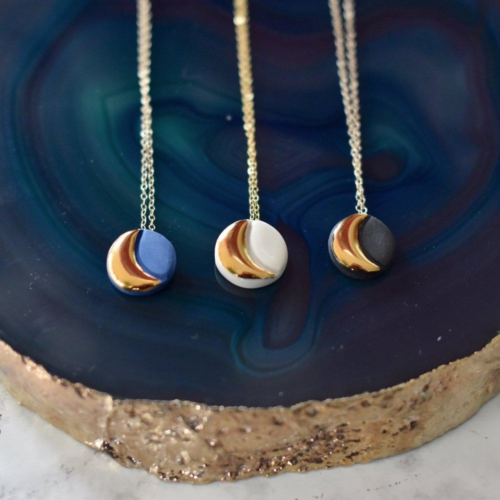 Circle moon necklace white